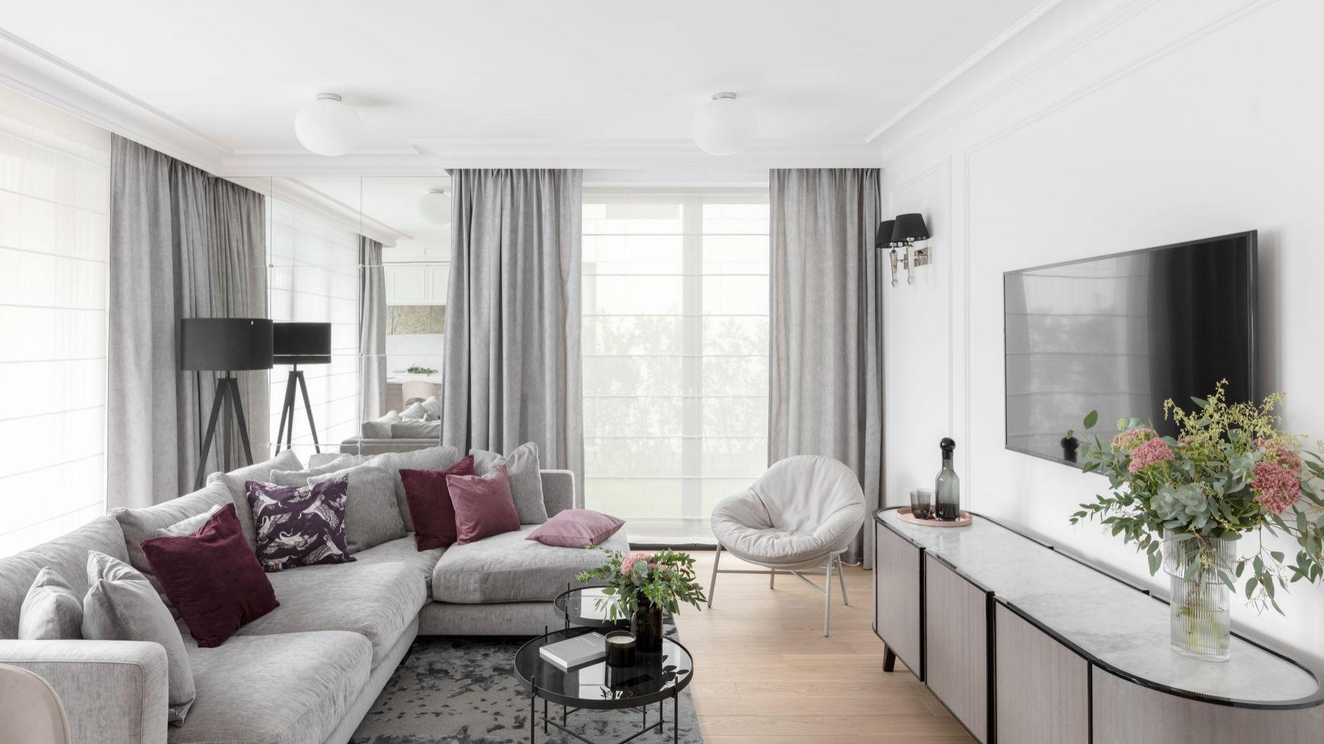Zasłona to najbardziej klasyczna i elegancka dekoracja okna. Projekt JT Grupa. Fot. ayuko studio