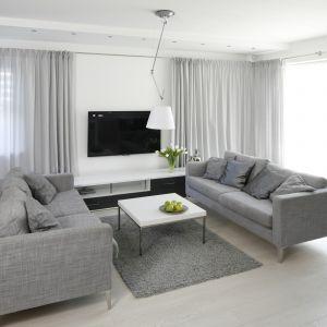 Zasłony wykonane z woalu lub tiulu będą delikatne i nie przytłoczą pomieszczenia.Projekt Łukasz Szadujko. Fot. Bartosz Jarosz