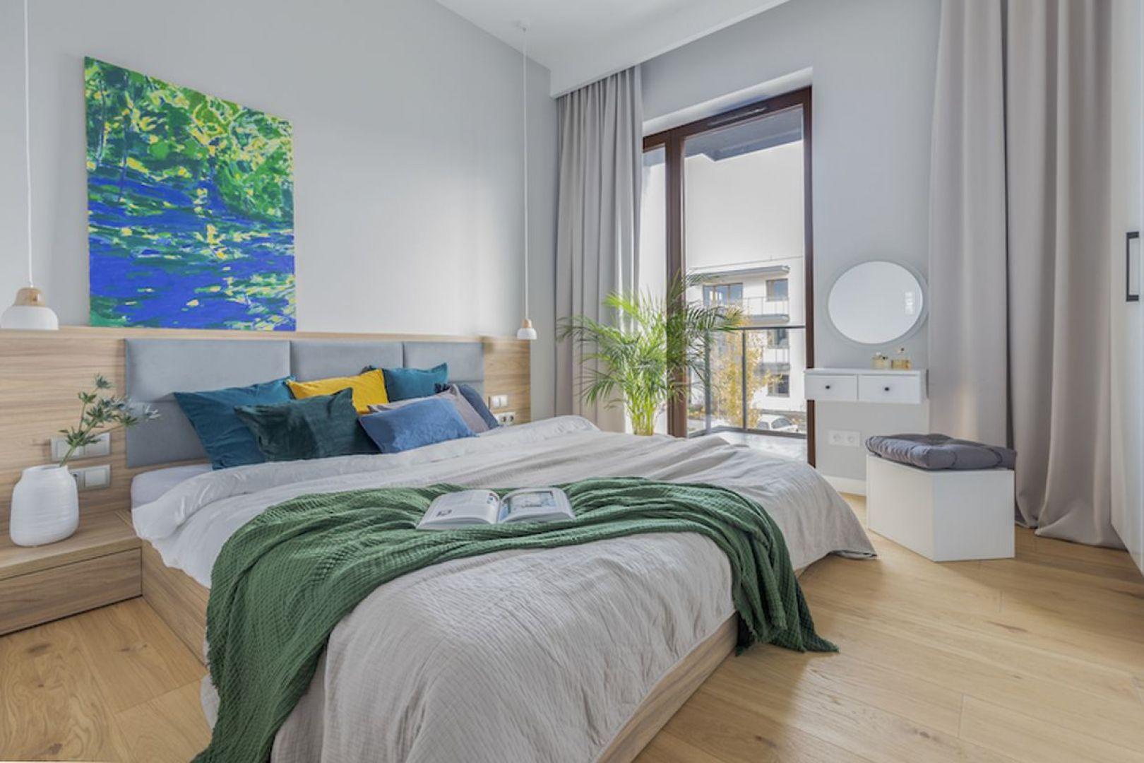 Prosty i efektowny pomysł - na ścianie za łóżkiem znalazł się kolorowy obraz. Projekt i zdjęcia: Renata Blaźniak-Kuczyńska, Renee's Interior Design