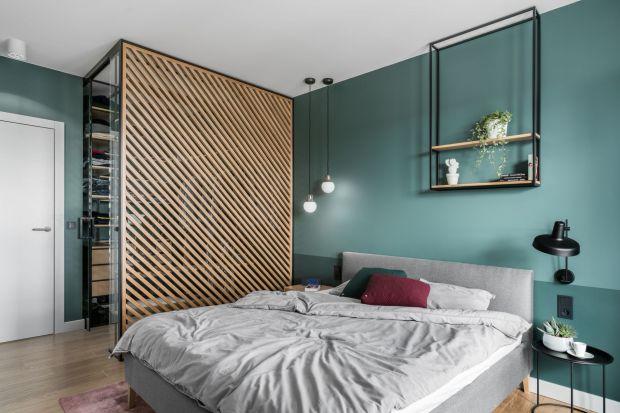 Jak zaaranżować ścianę za łóżkiem w sypialni? Możliwości jest mnóstwo! Farba, tapeta, tapicerowane panele, drewno czy sztukateria. Zobaczcie pomysły polskich projektantów!