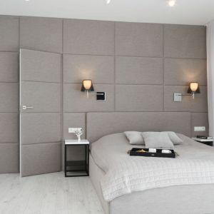 Tapicerowane panele na ścianie za łóżkiem w sypialni. Projekt: Ewelina Pik, Maria Biegańska. Fot. Bartosz Jarosz