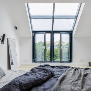 Okna dachowe to rozwiązanie, które pomoże rozświetlić pokoje na poddaszu przez cały dzień. Fot. Saint-Gobain