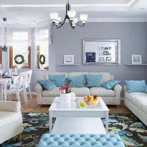 Salon w stylu klasycznym, na ścianach szara farba, białe meble z niebieskimi dodatkami. Projekt arch. Tomasz Pisaniak, arch. Maja Klimowicz. Fot. Archeco