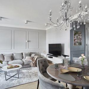 Salon w stylu kamienicy to obecnie jeden z najpopularniejszych trendów w aranżacji wnętrz. Projekt: Anna Koszela. Fot. Budzik Studio