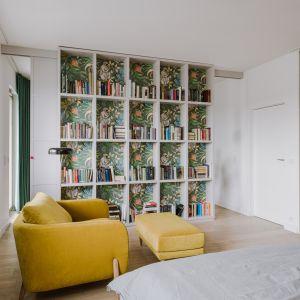 Mieszkanie zostało podzielone na dwie strefy: dzienną, tę oficjalną, która składa się z kuchni, jadalni oraz salonu, a także strefę bardziej prywatną, sypialnię z garderobą. Przeszklona łazienka łączy obie te strefy.