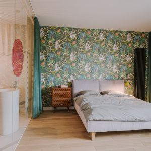 Bardzo prosty, czysty układ tej sypialni sprawia, że zamiast uznać ją za kiczowatą, z rosnącym zachwytem możemy odkrywać kolejne elementy, kolory i faktury, jakie tu znajdziemy. Wnętrze jest bardzo kobiece i przytulne, w dużej mierze za sprawą użytych materiałów (weluru).
