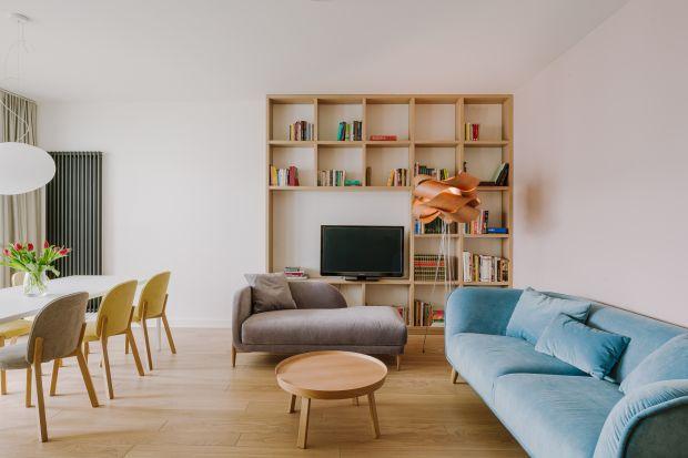 Żywe kolory, odważne rozwiązania i charakterystyczne detale to znaki rozpoznawcze projektów realizowanych przez warszawską Pracownię A+A. Patrząc na projekt tego ponad osiemdziesięciometrowego apartamentu, z całą pewnością możemy stwierdzić,