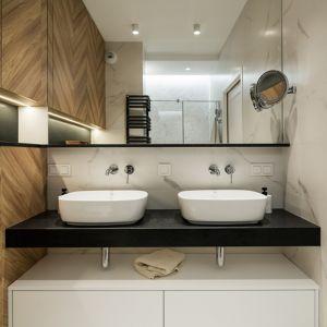 Modna łazienka z płytkami naśladującymi drewno. Fot. KODO Projekty i Realizacje Wnętrz