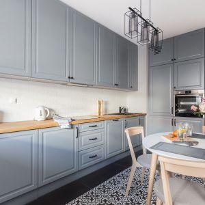 Szara kuchnia z klasycznymi ramiakami to pomysł na stylową zabudowę. Projekt i zdjęcia Deer Design