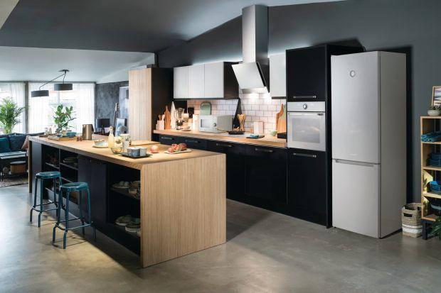 Przemyślany dobór sprzętów kuchennych, zorganizowane gotowanie i wypracowanie odpowiednich nawyków pomoże w lepszej organizacji codziennego serwowania posiłków. Z pomocą przychodzi również dobrze zaprojektowana kuchnia ze sprzętami dopasowują