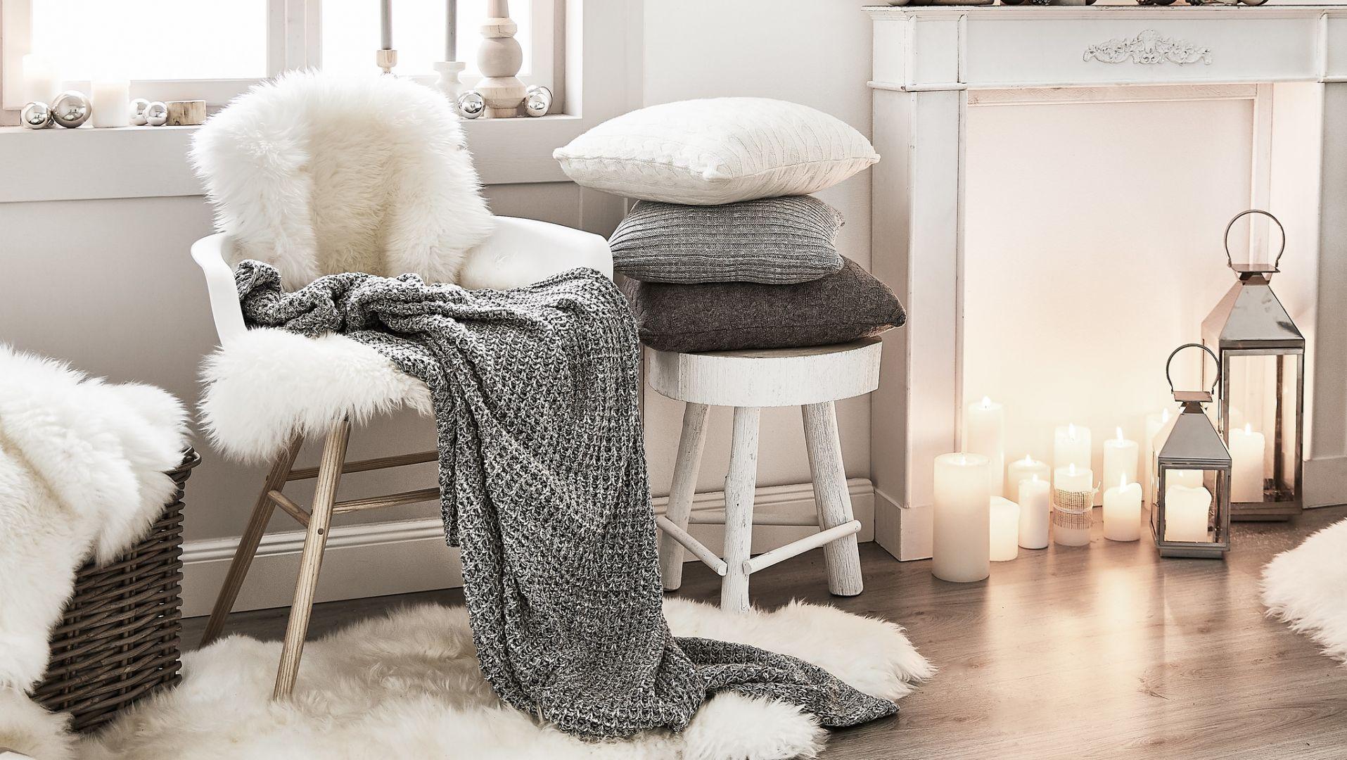Ciepły wełniany koc, skóry, miłe w dotyku poduszki, zapalone lampiony - nawet listopad może wydawać się przytulny w takim towarzystwie. Fot. WestwingNow