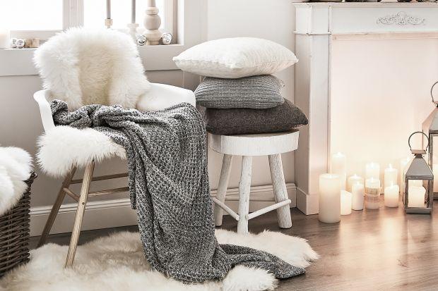 Zimowe dekoracje wnętrz nie muszą być tożsame ze świątecznymi. Wystrój mieszkania wcale nie musi obfitować w bożonarodzeniowe ozdoby, a mimo to może zachwycać magicznym klimatem i niepowtarzalnie ciepłą i rodzinną atmosferą. Zobaczcie kilka