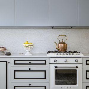 Blat kuchenny w domu miał być oczywiście praktyczny i trwały, ale przede wszystkim musiał wyglądać zjawiskowo. Tak mieszka Kamila Jakubowska-Szmyd, stylistka i dekoratorka wnętrz. Fot. mat. prasowe Cosentino