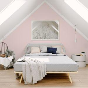 Komfortową aurę sypialni spotęguje delikatna barwa Ballet z palety Beckers Designer Collection, która wdzięcznie skomponuje się z roślinnością i jasnymi meblami, kreując we wnętrzu prawdziwie marzycielski nastrój. Fot. Beckers