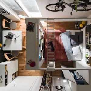 Łóżko w tej kawalerce jest prawdziwym centrum dowodzenia, z regałem na książki, miejscem do przechowywania czy chociażby możliwością umieszczenia ekranu projektora.  Kolekcja 4 You marki VOX. Łóżko - od 2997 zł. Fot. VOX
