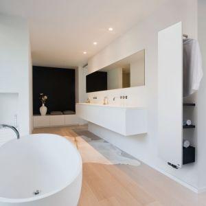 Na rynku są modele (np. Niva Bath od Vasco), które, w przeciwieństwie do klasycznych modeli, montuje się w odległości 32,5 cm od ściany. Uzyskana w ten sposób przestrzeń między ścianą a plecami grzejnika służy do zamontowania jednego wieszaka oraz trzech półek. Vot. Vasco