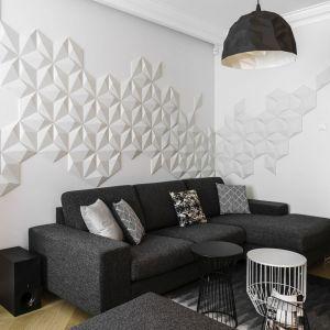 Ściana w salonie wykończona dekoracyjnymi panelami w geometryczne wzory. Projekt: Anna Maria Sokołowska. Fot. Fotomohito