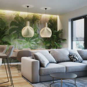 Ściana w salonie wykończona modną botaniczną tapetą. Projekt: Marta Kilan, Anna Kapinos, Tomasz Słomka, Pracownia TOKA + HOME. Fot. Radosław Sobik