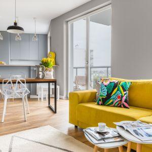 Żółta sofa ożywia wystrój salonu. Projekt Decoroom. Fot. Pion Poziom
