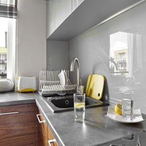 Ściana nad blatem w kuchni ze szkłem laminowanym. Projekt: Ewa Para. Fot. Bernard Białorucki