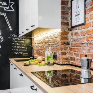 Ściana nad blatem w kuchni wykończona cegłą. Projekt: Katarzyna Kiełek, Agnieszka Komorowska-Różycka, Nasciturus Design