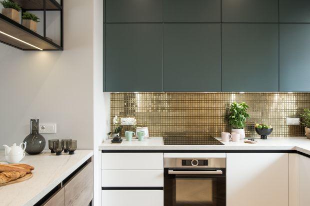 Jak wykończyć ścianę między kuchennymi szafkami? To miejsce bardzo narażone na zanieczyszczenia, tłuszcz i gorąco, dlategomiejscenad blatem musimy mieć nie tylko ładne, ale i dobrze zabezpieczone. Zobaczcie 10 fajnych pomysłów projektant