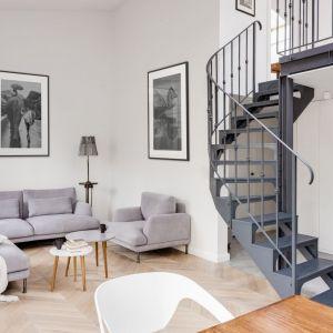 Szary fotel doskonale wpisuje się w stylistykę loft. Projekt LOFT Factory. Fot. Piotr Gęsicki
