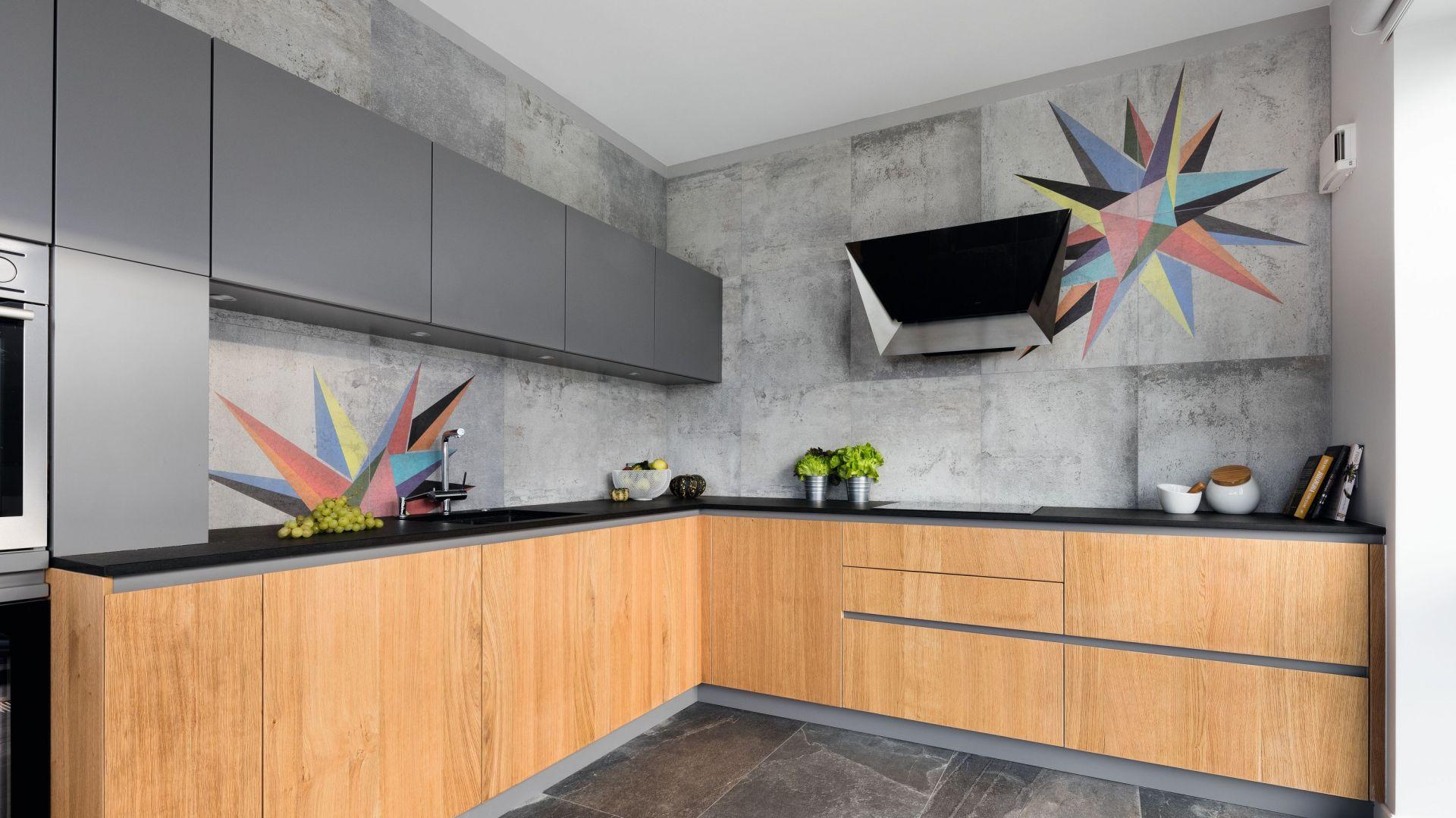 Zestawienie koloru szarego z drewnem świetnie sprawdził się w nowoczesnej kuchni. Jest elegancko i przytulnie. Projekt: Magdalena Lehmann. Fot. Bartosz Jarosz