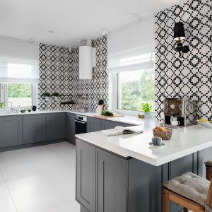 Kolor szary w tej klasycznej kuchni doskonale wygląda w połączeniu z bielą i czernią. Projekt: Ewelina Pik, Maria Biegańska. Fot. Bartosz Jarosz