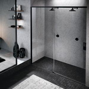 Czarne drzwi prysznicowe Opera marki Novellini. Cena: od ok. 4800 zł Fot. Novellini