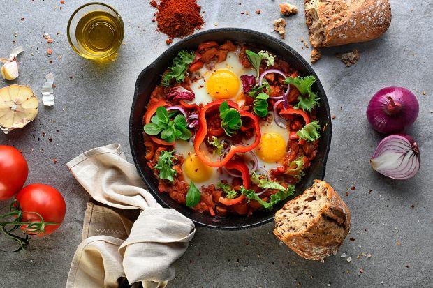 Szakszuka to propozycja na pożywne, jesienne śniadanie. Jest świetną alternatywą dla nieco spowszedniałej jajecznicy, przygotowuje się ją równie prosto i szybko. Choć przywędrowała aż z Bliskiego Wschodu w Polsce staje się coraz bardziej pop