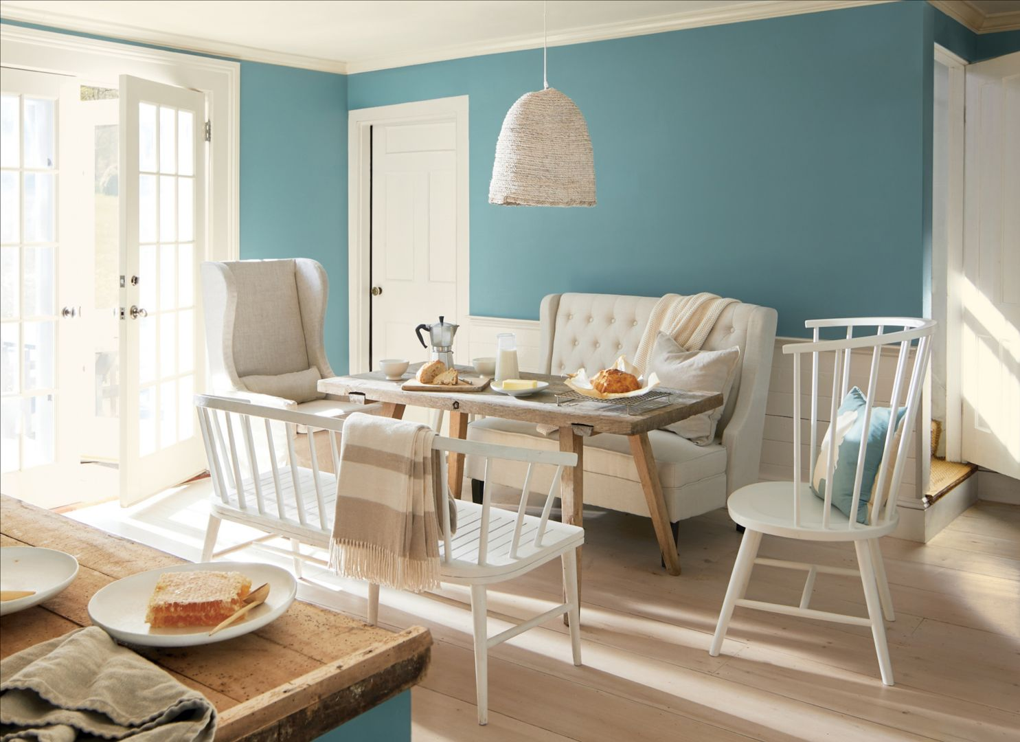 """Kolor """"Aegean Teal 2136-40"""" okazuje się idealnym wyborem nie tylko dla ścian, ale także mebli. Fot. Benjamin Moore"""