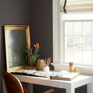 Kolory inspirowane eleganckimi, ręcznie wytwarzanymi materiałami obecnymi w naszych domach, zapewniają poczucie komfortu i podnoszą mieszkańców na duchu.
