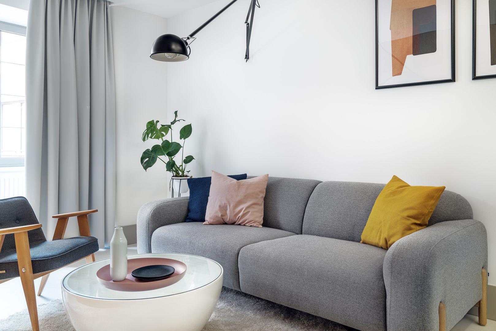 W małym salonie dominują jasne barwy. Projekt Interurban Weronika Juszczyk, Łukasz Piankowski. Fot. Tom Kurek