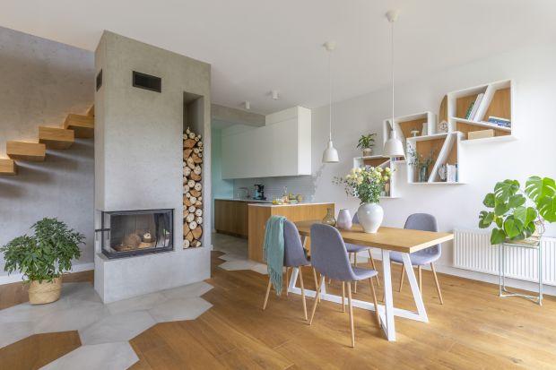 Jasny, przestronny, prosty i funkcjonalny – taki jest dom na warszawskim Wawrze. Solidną bazę aranżacji tworzy beton i drewno. Wzorzyste akcenty w pastelowych odcieniach pokazują, że właścicielom nie brak fantazji i polotu.