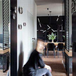 Wejście zostało zaakcentowane drobną mozaiką, metalowymi wieszakami i lampami, które miały podkreślać męski charakter wnętrza. Projekt: Kreacja Przestrzeni. Fot. Hubert de Jakusz-Gostomski