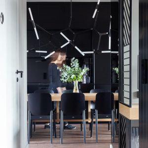 Widok z przedpokoju na kuchnię i jadalnię. Projekt: Kreacja Przestrzeni. Fot. Hubert de Jakusz-Gostomski