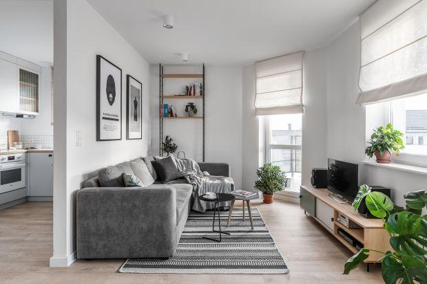 Mały, jasny salon: tak optycznie powiększysz wnętrze. 10 pięknych zdjęć
