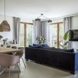 Eleganckie szare zasłony w salonie z jadalnią. Projekt: Malwina Morelewska. Fot. Yassen Hristov