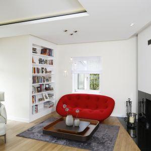 Biała półka na całą ścianę doskonale wpisuje się w jasną aranżację wnętrza. Projekt: Agnieszka Hajdas-Obajtek. Fot. Bartosz Jarosz