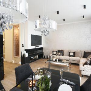 Kryształowe lampy to podstawa aranżacji salonu w stylu glamour. Projekt Karolina Łuczyńska. Fot. Bartosz Jarosz
