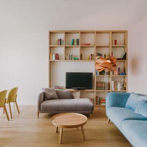 Drewniana półka bardzo fajnie wygląda w nowoczesnym salonie. Projekt: Agata Krzemińska z Pracowni A+A. Fot. PION Studio