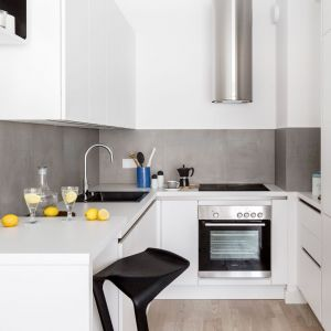 Mała kuchnia urządzona w bieli. Projekt Decoroom. Fot. Pion Poziom