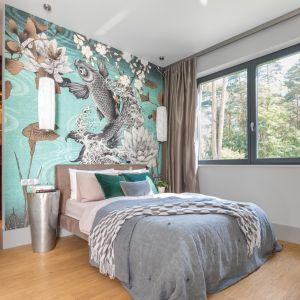 Kolorowa tapeta buduje romantyczny klimat w sypialni. Projekt Małgorzata Denst. Fot. Pion Poziom