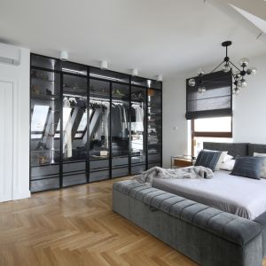 Efektowna szklana garderoba podkreśla stylowy wystrój sypialni. Projekt Katarzyna Mikulska-Sękalska. Fot. Bartosz Jarosz