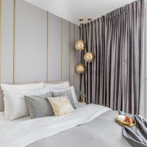 Złote dodatki dodają sypialni blasku. Projekt Decoroom. Fot. Pion Poziom