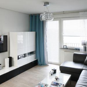 Biała zabudowa ściany z telewizorem to pomysł nie tylko do małych wnętrz. Projekt Marta Kilan. Fot. Bartosz Jarosz