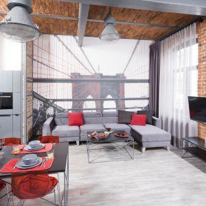 Ścianę w salonie zdobi tapeta z efektem 3D. Projekt Nowa Papiernia. Fot. Bartosz Jarosz
