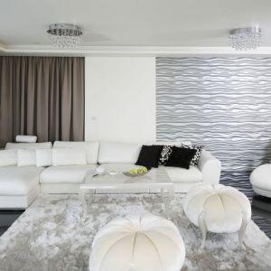 W eleganckim salonie piękne wygląda biała, narożna kanapa i dekoracyjne panele 3D w srebrnym kolorze. Projekt: Katarzyna Uszok. Fot. Bartosz Jarosz
