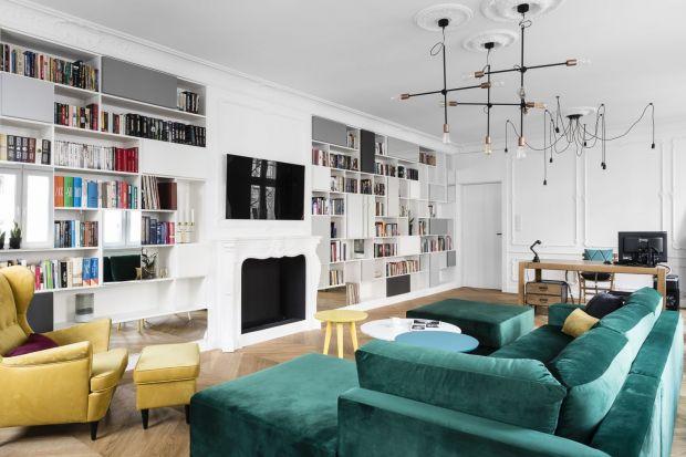 Przedstawiamy najciekawsze projekty salonów z regałami i półkami na książki. Zastanawiasz się, jak urządzić miejsce na książki w salonie? Zobacz zdjęcia pokojów dziennych z półkami na książki!